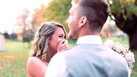 Ihr Fotograf lässt sie am Tag der Hochzeit im Stich, eine Unbekannte lässt den Tag der Zeremonie extra neu entstehen.