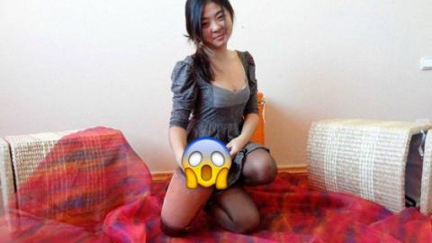 Optische Täuschung einer jungen Frau mit zwei oder drei Beinen