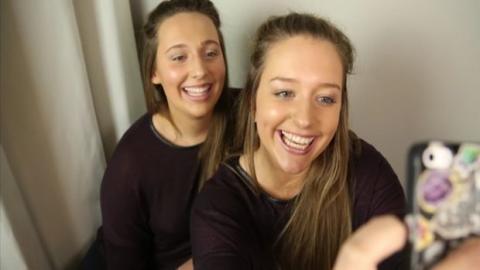 Junge Frau trifft bei einem Auslandssemester unverhofft ihre Doppelgängerin