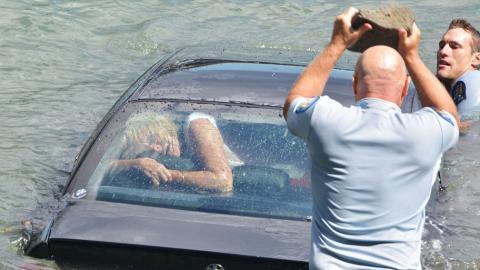 Diese Polizisten tun alles, um eine Frau vor dem Ertrinken zu retten