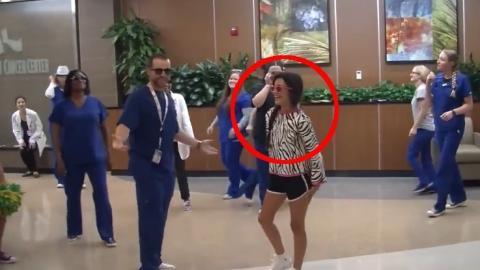 Bei ihrer Entlassung aus dem Krankenhaus gratuliert das Krankenhauspersonal dieser Jugendlichen mit einem Flashmob-Tanz zur gelungenen Krebsbehandlung