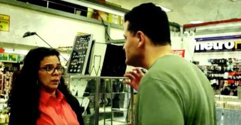 Mann bedroht Frau in Öffentlichkeit. Dann greift ein Mädchen ein