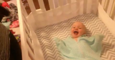 Das Baby freut sich riesig auf den Besuch seines besten Freundes