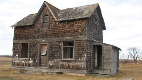 Sie betritt ein verlassenes Haus. Was sie drinnen sieht, verändert ihr Leben für immer