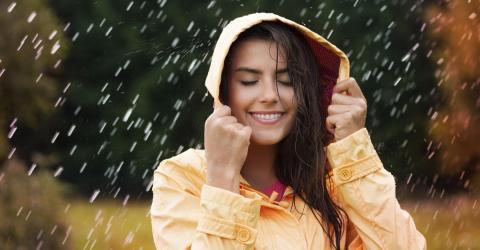 Darum kräuseln sich deine Haare bei Feuchtigkeit und Regen