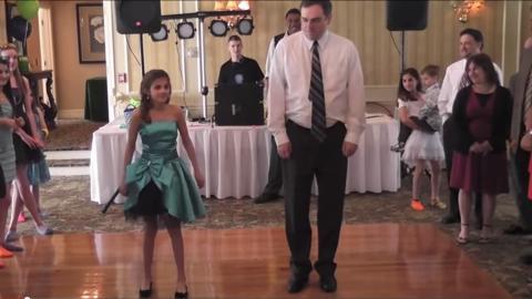 Für den Geburtstag seiner Tochter tanzt dieser Vater eine super Choeografie mit ihr