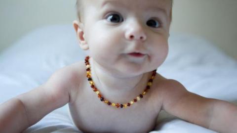 Gefahr durch Bernsteinketten bei Babys