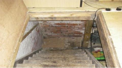 2 Polizisten hören Tiergeräusche aus einer Kellerluke und wagen sich in die Tiefe.