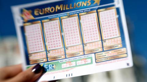 Weil sie dachte, iin einem Glücksspiel gewonnen zu haben, gab sie ihr ganzes Geld aus