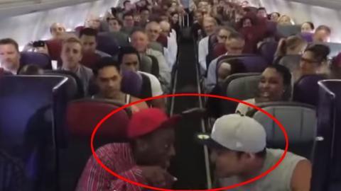 Im Flugzeug beginnen zwei Männer zu singen. Was dann passiert, haut die Passagiere glatt um