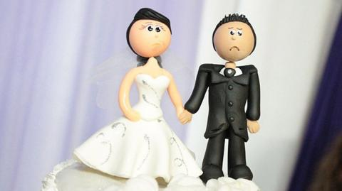 Verärgert über ein Hochzeitsgeschenk eines ihrer Gäste, schickt ihm dieses Brautpaar eine seltsame Nachricht