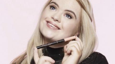 Diese junge Frau mit Down-Syndrom wird zum Werbestar für eine Kosmetikmarke