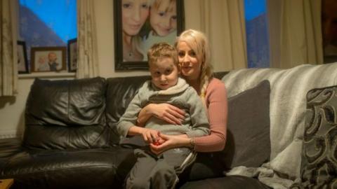 Wegen blauer Flecken: Mutter denkt, ihr Sohn wird geschlagen - doch die Wahrheit ist noch grausamer!