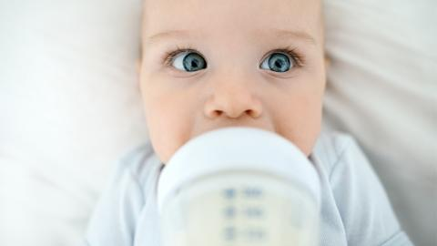 Die Muttermilch dieser Frau ist blau, um ihr Baby zu beschützen