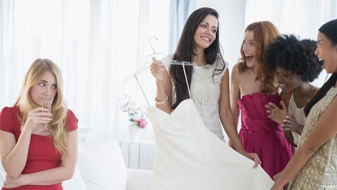 Brautjungfer wird unerwartet schwanger: Was sich die Braut dann erlaubt, ist widerwärtig