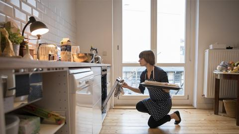 Sie backt einen Kuchen, doch als sie den Ofen öffnet, traut sie ihren Augen nicht!