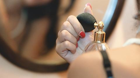 Was sie mit ihrem Parfum macht, hat drastische Folgen auf ihr Leben