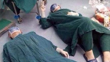Klinik: Deshalb brechen zwei Ärzte nach einer OP einfach zusammen!