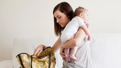 Todesfalle Handtasche: Wenn du nicht aufpasst, bringst du das Leben deines Kindes in Gefahr