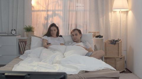 Ist Fernsehen im Schlafzimmer ein Liebestöter?