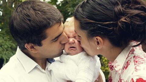 Aus diesem Grund sollte ein Baby bei der Taufe niemals geküsst werden!