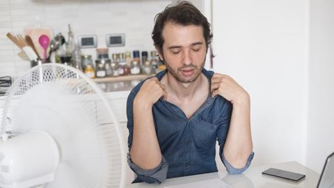 Hitzewelle: Mann darf keine kurze Hose in Arbeit tragen, seine verrückte Aktion finden die Frauen richtig toll