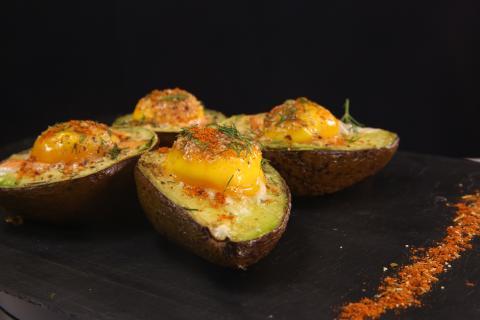 Avocado mit Lachs-Ei-Füllung, ein gesunder Snack