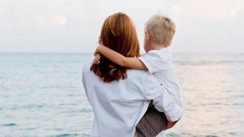 Eine Umarmung mit ihrem Sohn offenbart für die Mutter etwas Schreckliches