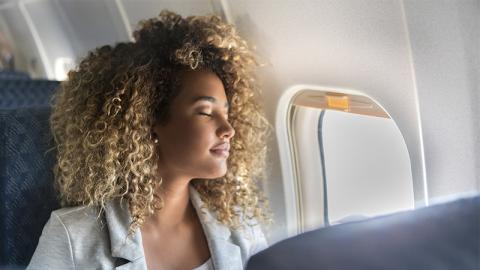 Schlafen im Flugzeug kann gefährlich werden: Dieser Frau passiert etwas Erschreckendes!