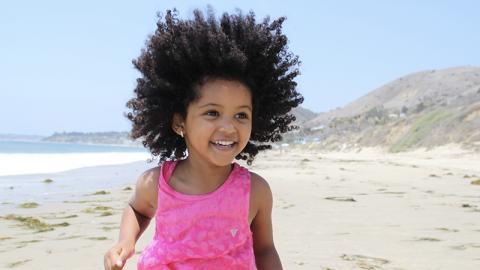 Mädchen spielt am Strand: Wenig später machen die Ärzte eine ekelige Entdeckung in ihrem Fuß