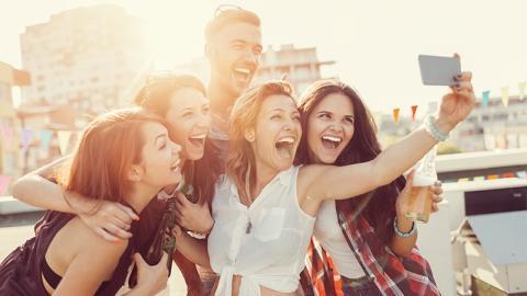 Als junge Frau ein Selfie mit Freunden macht, übersieht sie wichtiges Detail, das ihr zum Verhängnis wird