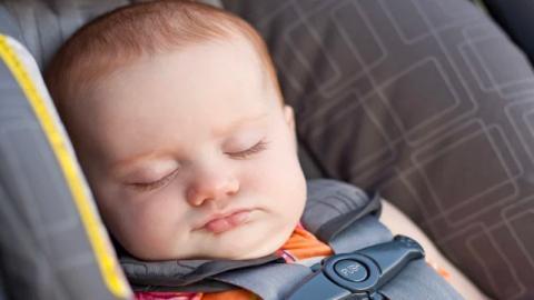 Tragischer Unfall: Babysitter legt Mia zum Schlafen in Autositz. Dann hört Mia auf zu atmen