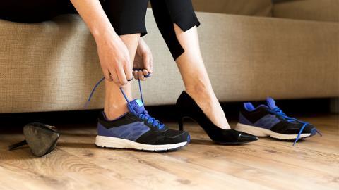 Turnschuhe statt High Heels: Unfassbar in welchem Beruf diese Frau hohe Schuhe tragen muss