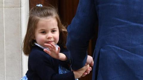 Alle schmelzen dahin, als Prinzessin Charlotte sich plötzlich umdreht und zeigt, wer die wahre Thronfolgerin Nummer 1 sein sollte...
