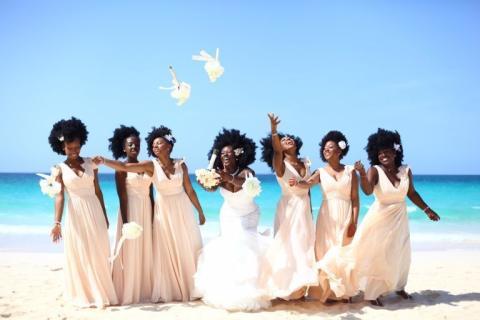 Diese Braut bat ihre Brautjungfern bei ihrer Hochzeit, ihr natürliches Haar zu tragen
