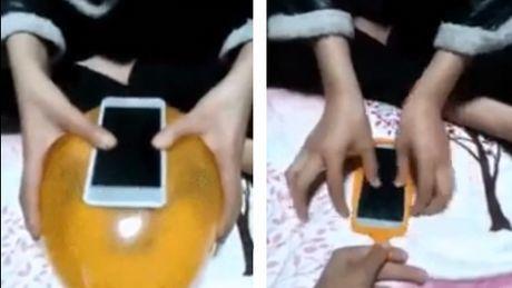 Dieser Mann hat eine Technik entdeckt, um die preisgünstigste Schutzhülle der Welt für sein Handy herzustellen.