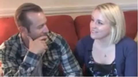 Sie verliebt sich und heiratet den Feuerwehrmann, der ihr das Leben gerettet hat