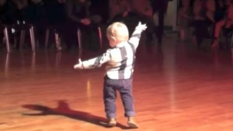 Der Junge betritt die Tanzfläche und das Publikum kann sich nicht mehr halten