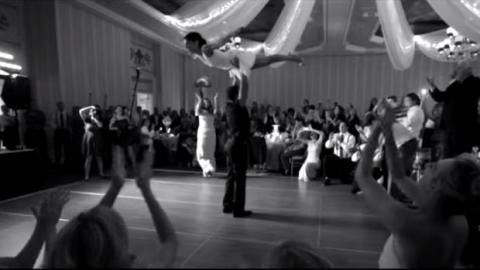 Dieses Brautpaar eröffnet den ersten Tanz. Doch keiner der Hochzeitsgäste hat das hier erwartet.