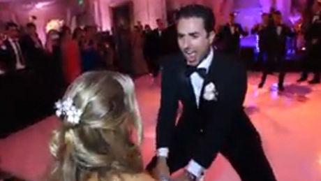 Bei seiner Hochzeit hat er eine Überraschungschoreographie für seine Frau vorgeführt. Stimmung garantiert!