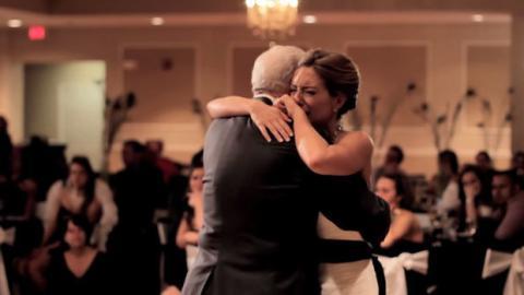 Vor ihrer Hochzeit verstirbt ihr Vater. Trotzdem hat sie einen Vater-Tochter-Tanz