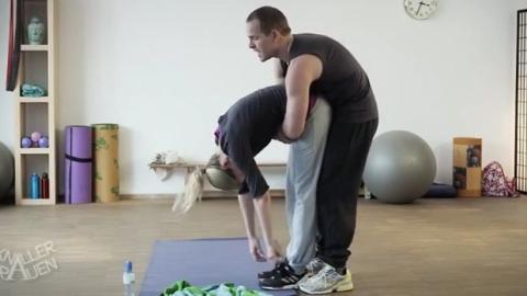 Ein Yogalehrer, der seine Schülerin anbaggern will, erlebt eine drollige Überraschung.