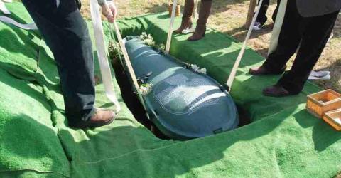 Alter Geizhals will mit all seinem Geld begraben werden. Doch seine Frau rächt sich geschickt bei seiner Beerdigung