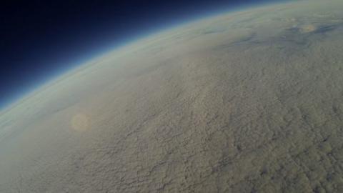 Ein Mann schickt eine GoPro-Kamera ins Weltall und dreht einen außergewöhnlichen Film.