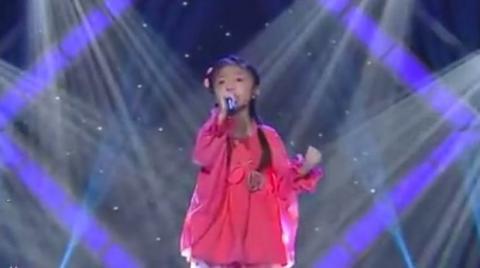 Dieses kleine Mädchen ist nicht mal 5 Jahre alt, aber ihre Stimme ist schon unglaublich. Sie werden dahinschmelzen.