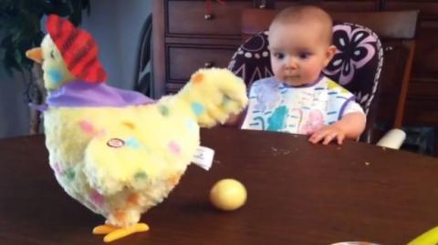Dieses Baby entdeckt ein neues Spielzeug. Seine Reaktion ist urkomisch.