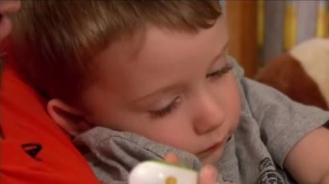 Dieser Dreijährige hat seinem Vater das Leben gerettet. Seht wie!