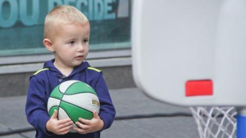 Der kleine Amerikaner Titus ist der nächste Michael Jordan