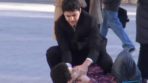 Auf offener Straße misshandeln sie ihren Sohn. Wie die Leute wohl regieren?