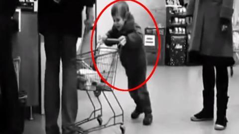 Im Supermarkt schubst ein Kind an der Kasse den vor ihm stehenden Erwachsenen immer wieder in die Beine... Seht wie er reagiert!